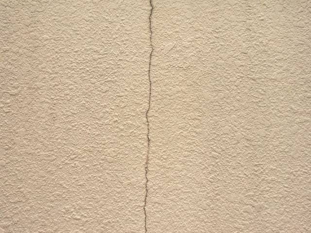 【外壁】ヘアークラックはDIYで簡単補修 ひびの見分け方と補修法を解説