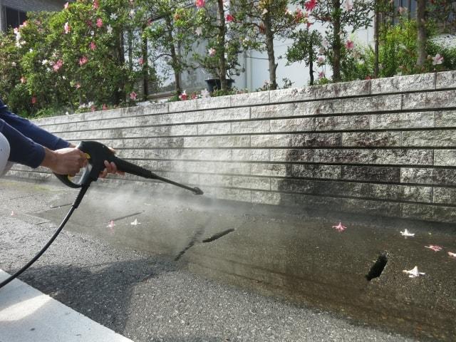 高圧洗浄って外壁塗装に必要?知っておきたい費用、水道代のこと