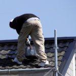 屋根塗装の耐用年数を正しく知るには?塗装別の違いや塗り直しのサインについて解説