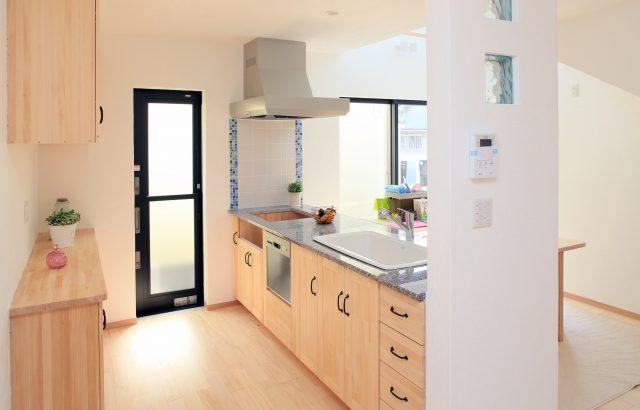 キッチンの床の張り替えにかかる費用をフローリングとクッションフロアで比較